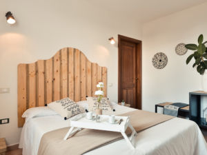 Room with double bed in countryside Wine Resort in Alghero - Tenute Delogu